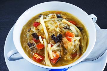 Thai-Suppe mit Pilzen, Glasnudeln und Gemüse