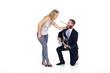 Mann macht Frau mit Gitarre und Rose Heiratsantrag