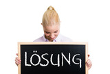 junge blonde Geschäftsfrau mit Lösung