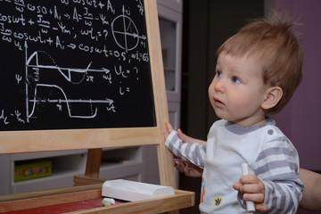 Умный ребенок решает у доски сложную задачу