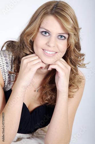 Hübsche Frau gut geschminkt