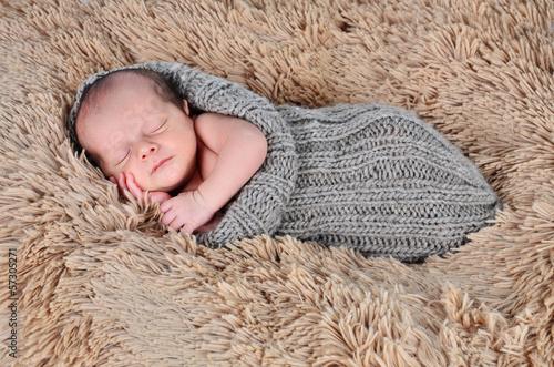 Baby auf weicher Decke
