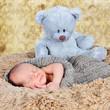 Neugeborenes mit Teddy