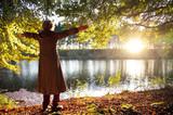 Ältere Frau am See – Herbststimmung