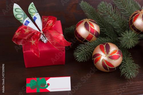 Weihnachtsgeschenk mit Namensschild und Geld