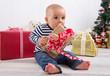 Säugling mit einem Weihnachtspaket - Frohes Fest