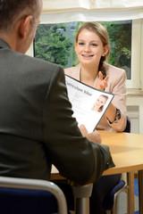 Junge Frau bei Bewerbungsgespräch