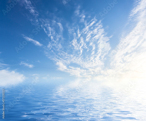 niebo-z-chmurami-odzwierciedlone-w-powierzchni-wody