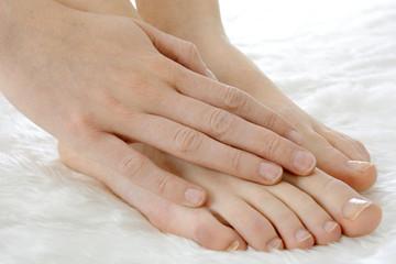 Frau bei Fußpflege