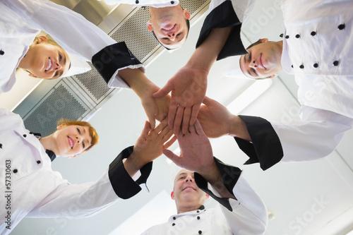 Szefowie łączą ręce w kole