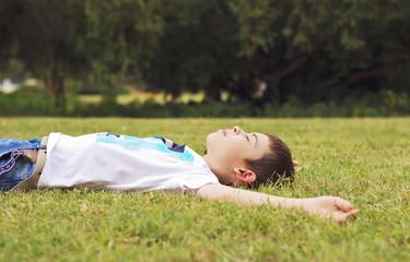 Niño que se relaja en el suelo