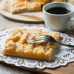 Streuselkuchen mit Pfirsichstreifen