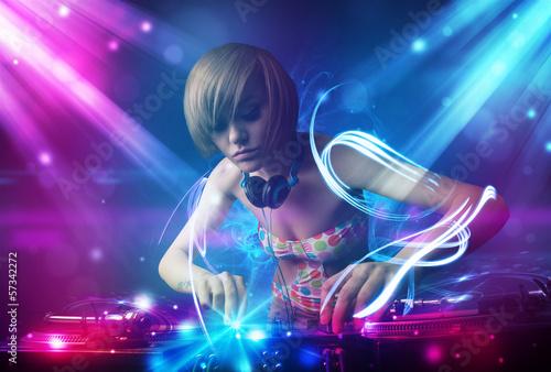 energiczna-dziewczyna-dj-miksujaca-muzyke-z-poteznymi-efektami-swietlnymi