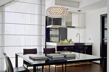 soggiorno moderno con vista sulla cucina