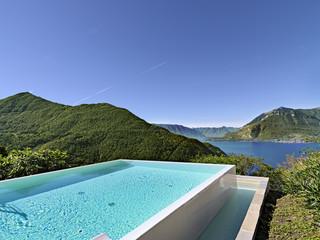 piscina esterna sul lago di Lecco, Italia