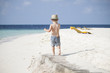 Junge läuft am Strand Malediven