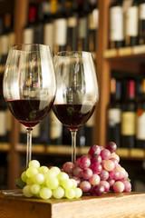 Copas de Vino tinto, botellas y uvas. Vineria vinoteca.