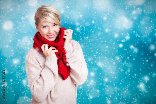 schöne blonde Frau in warmen Sachen