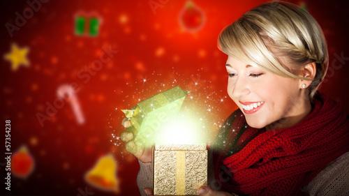 attraktive junge Frau öffnet magisches Geschenk