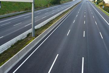 leere Autobahntrasse