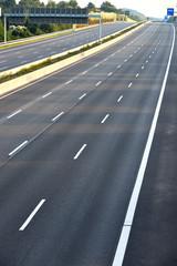 leergefegte Autobahn