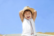 青空と元気な笑顔の子供