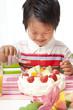 嬉しそうにケーキを食べる子供