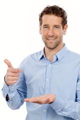 Mannn deutet auf etwas in seiner Hand