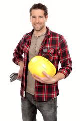 Handwerker mit Helm in der Hand