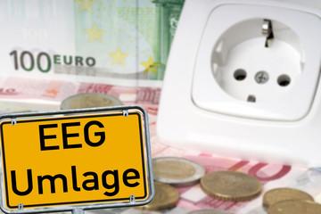 Steckdose und Euroscheine mit Schild - EEG Umlage