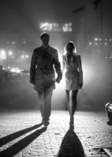 Czarno-białe zdjęcie z para sylwetka w nocy