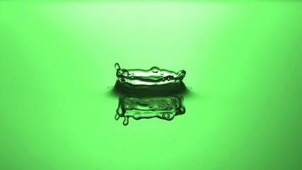 Wassertropfen slow motion grün