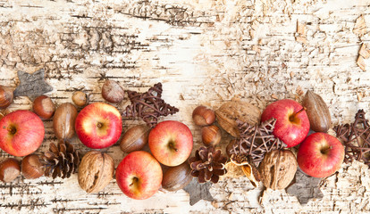 Hintergrund mit Nuessen und Aepfeln