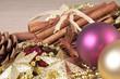 Weihnachtsdekoration mit Zimtstangen und Sternanis