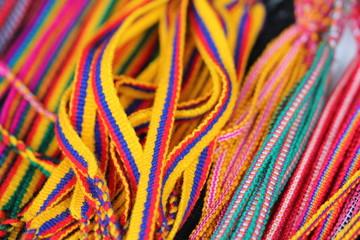 Bracelets colorés d'équateur