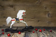 Altes Holzpferd oder Schaukelpferd als Weihnachtskarte mit Holz