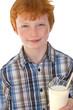 Schulkind trinkt Milch