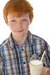 Rothaariger Junge mit Milchglas