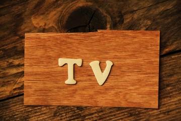 die Buchstaben TV auf Holztafel