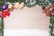Weihnachtsdekoration mit Tannenzweigen und Schnee