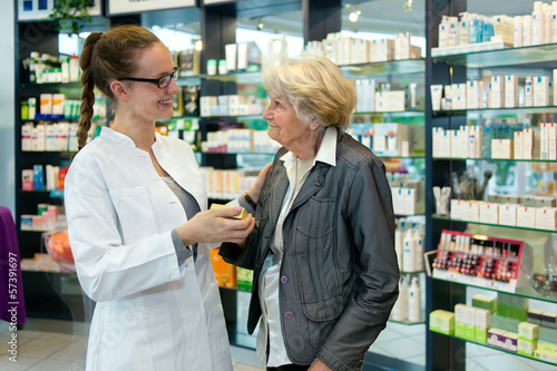 In de dag Apotheek Pharmacist and grateful senior woman.