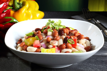insalata di fagioli con pomodori peperoni sfondo verde
