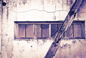 Ventana rota en la pared