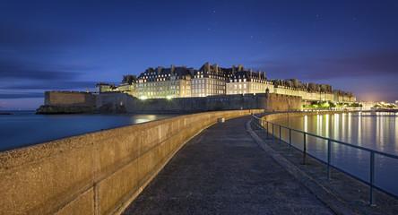 Vue nocturne sur la ville fortifiée de Saint-Malo
