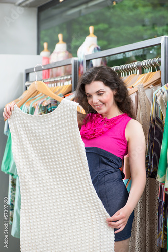 Frau beim Shopping in Laden oder Boutique