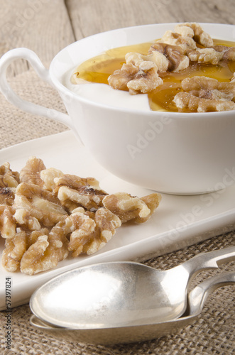 walnuts with honey and yogurt