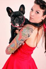 Frau hat Hund auf dem Arm