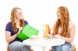 glückliche frauen mit einkaufstüten an einem kaffee tisch