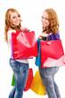 glückliche frauen mit einkaufstüten schauen über die schulter