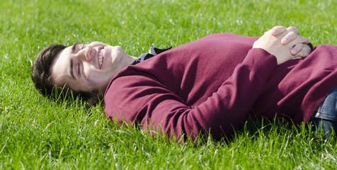 junger mann entspannt im gras